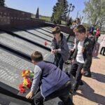 Ученики 3А класса пришли в мемориальный комплекс «Вечный огонь», чтобы почтить память погибших на войне.